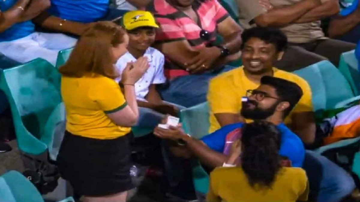 AUS vs IND: An Indian proposes Australian girl in crowd during 2nd ODI at Sydney, Watch video