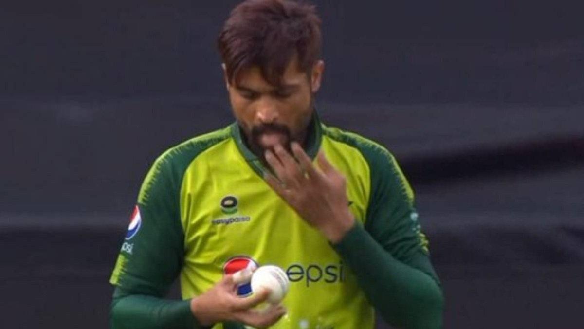 Eng Vs Pak 1st T20I: Pakistan's Mohammad Amir spotted shining the ball using saliva!
